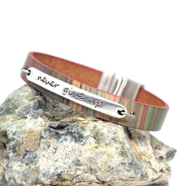 Bransoletka skorzana kolorowa z napisem i magnetycznym zapieciem