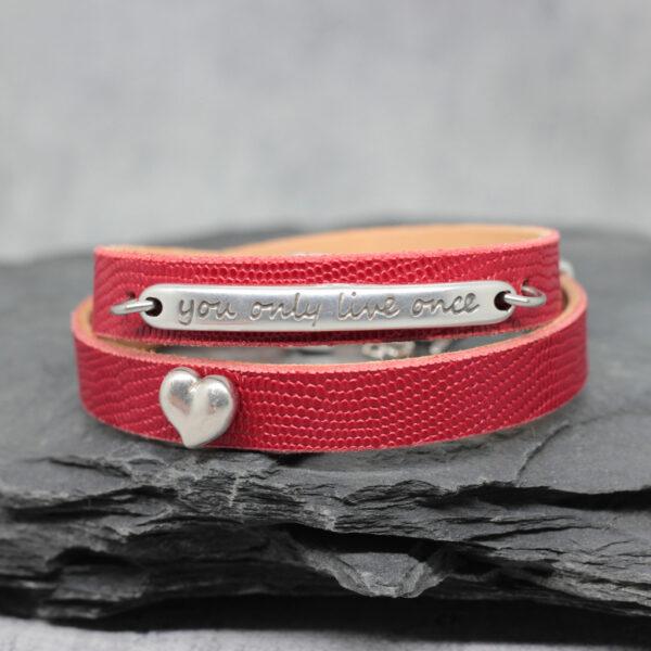 bransoletka skórzana czerwona z dodatkami w srebrnym kolorze