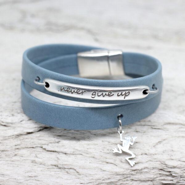 Bransoletka ze skóry niebieska z napisem i magnetycznym zapięciem